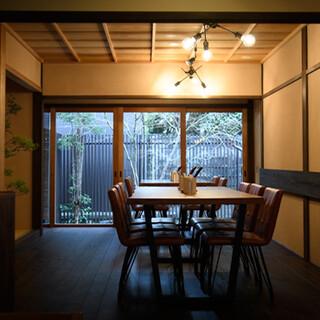 落ち着いた雰囲気の京町家で肩肘張らずにお料理とお酒をどうぞ