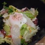 うどん居酒屋 海士麺蔵 - 明石海鮮バジルサラダ