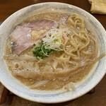 麺ゃ しき - 平打ちストレート中太麺