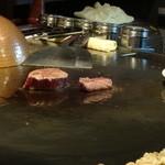 鉄板焼き しんご - ヒレステーキ調理中