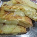 ニューサラティー - チーズナン(200円)