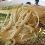 博多ラーメン123 - 豚骨スープはあっさりとしながらも、色々な旨みがありますね。醤油系のタレも強めなので、替玉や白ご飯に合いそうです。