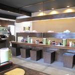博多ラーメン123 - 対面式カウンター席と掘り炬燵式テーブルが3卓ある小上がり。お店の隣に広い専用駐車スペースもあります。