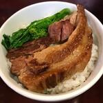 鴻龍 - 角煮そばの角煮をライスに載せた角煮丼