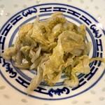 鴻龍 - ライスに付く中華漬物