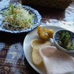 14523401 - タイラーメンについてきたサラダとお惣菜