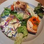 145233648 - 旬の食材を使った華やかなフレンチデリ2品にサラダ、選べるメインはドドンと大きな塊の豚バラ肉のシュークルートをチョイス