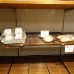 145237346 - 商品棚:18:00の時点では商品はほとんど残っていませんでした。