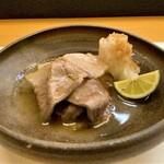 神楽坂ささ木 - 《お肉料理を追加注文》兵庫県丹波のイノシシをシンプルに焼き、少しとろみのあるお出汁をかけ、粗下ろしの大根おろしでさっぱりといただきます。 柔らか過ぎず硬すぎず、猪らしいこの食感の良さが堪らく好きです。 脂が甘くて旨味も濃く、猪の美味しさはまさにこの脂身です♪ そこに山椒を一振り、美味し過ぎます‼