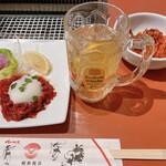 朝鮮飯店 - 料理写真:ハイボールで乾杯! 桜ユッケとキムチ