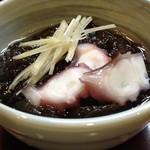 一品酒房美月 - 料理写真:お通しは300円、蛸のはいったもずくがおいしい。