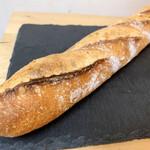 ときわや - 料理写真:バゲットトラディション めっちゃ好きなバゲットにこんなところ(失礼)で出会えた。Viron、新々堂あたりのフランス小麦のバゲットの香りと噛み締め感、クラストの硬さ、パーフェクトに好きです。