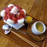 円山茶寮 - いちごぜんざい白玉入り 1100円