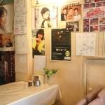 レストラン・カフェ クイーン - 壁には色々な方のサインが!!
