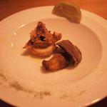 原宿バール - フレッシュサマーポルチーニとイカのセモリナ粉揚げ。素材に閉じ込めた香りをぜひお召し上がりください。