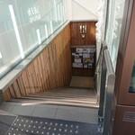 中国茶房8 - この階段を下ります。ビル内のエレクトロニクスでももちろんOK。
