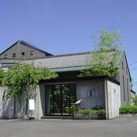 釜蔵 - コンクリート塀に囲まれた近代和風の建物