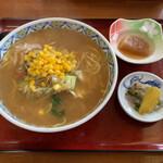 菊地旅館 - 料理写真:みそラーメンと小鉢が2皿