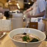 145320050 - 金継ぎのされた有田焼の作家さんの丼(ファンにとっては当たり!)ラーメン丼としては薄め繊細。丼から直飲みで、直接滑らかにスープを感じることができる。