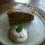カフェ 美音 - マクロビ仕様!紅茶とレーズンのケーキ(豆腐クリーム付き)