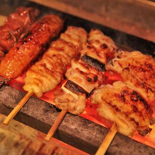 ヘルシーで旨味とコクのある地養鶏や旬の野菜を、備長炭で香ばしくふっくらと焼き上げます。