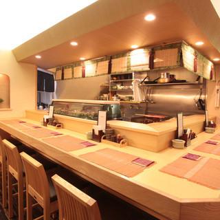 上質なお食事時間をお過ごしいただける、木の温もりある店内です。