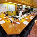 さしみ茶屋 樽寿司 - カウンター席は、席の間隔を空け、アクリル板を設置しています。