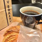 145348998 - 店内イートイン                                              プレッツェルクロワッサンとコーヒー