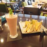 リーサカフェ - こうやって見ると 喫茶店ぽくもある