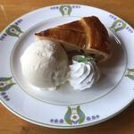 万平ホテル カフェテラス - 伝統のアップルパイ バニラアイス添え 1010円