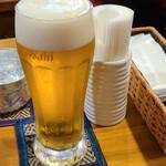 プロォーイ タイ料理 - お冷やと生ビール、テーブルのセット