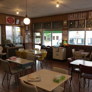 レトロな雰囲気が心地よい店内で、ゆっくりとお過ごしください