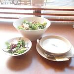 トゥ・ザ・ハーブズ - セットのクラムチャウダとサラダ,シーザースサラダから摂取開始