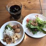 ジャパン キッチン アキバ - 洋食モーニング1980円。ドリンクバーのアイスコーヒー、ビュッフェのサラダ&惣菜。ビュッフェは。。。うーむ。。。業務用を多用しているのだと思います。。。