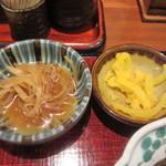 驛亭 - この日の小鉢はキンピラごぼう、添えられたお漬物と御飯は味噌汁同様無料でお替わりできました。