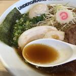 anda-guraundora-menganja - スープは透明感のある濃いめの醤油味