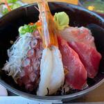 海鮮料理 文らく丸 - 料理写真:おまかせ海鮮丼 1980円。