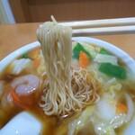 玉泉亭 - 「エビそば」麺アップ