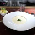 アニオン - ◆カリフラワーのスープとコールスロー *カリフラワーのスープは、カリフラワーの旨味と生クリームの味わいが調和して美味しい。