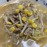 熊さん麺ショップ - 具材はシンプルにひき肉、もやし、コーンで…
