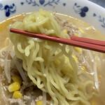 熊さん麺ショップ - このにんにくが練り込まれた「中太縮れ麺」が、とても美味しいっ!!
