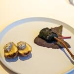 レストラン オオツ - 2021.2 セルフィーユの根っこ蒸し焼き トリュフバター、三浦半島長谷川さんのアオリイカ(活〆神経抜き)竹炭フリット