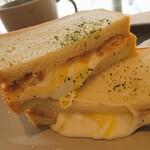 パノラ キッチン オブ ザ シーズンズ - 3種のチーズとツナのサンドイッチ。