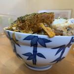 千一家 - 料理写真:盛り上がった頭部分。下は小さめの昔からよくある丼。