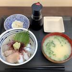 志摩の海鮮丼屋 - 【糸島海鮮丼(小) 650円/税込715円】醤油はいつも辛口でお願いしています。