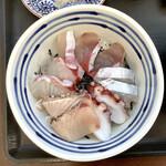 志摩の海鮮丼屋 - 【2020年11月6日(金)の海鮮丼(小サイズ)】ふのり、大葉、わさびを外して撮ったもの
