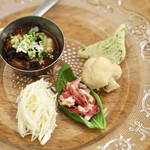 レカマヤジフ - 前菜盛り合わせ、左上がピータン豆腐、左下がマコモダケとレモングラス