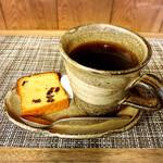 會津屋 - カラフルコーヒーさんのホットコーヒーとミニケーキ