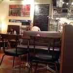 カフェ&ブックス ビブリオテーク - 店内は喫煙席