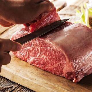 50年の旨いを今に伝える伝統、お肉はカットでさらに旨くなる。